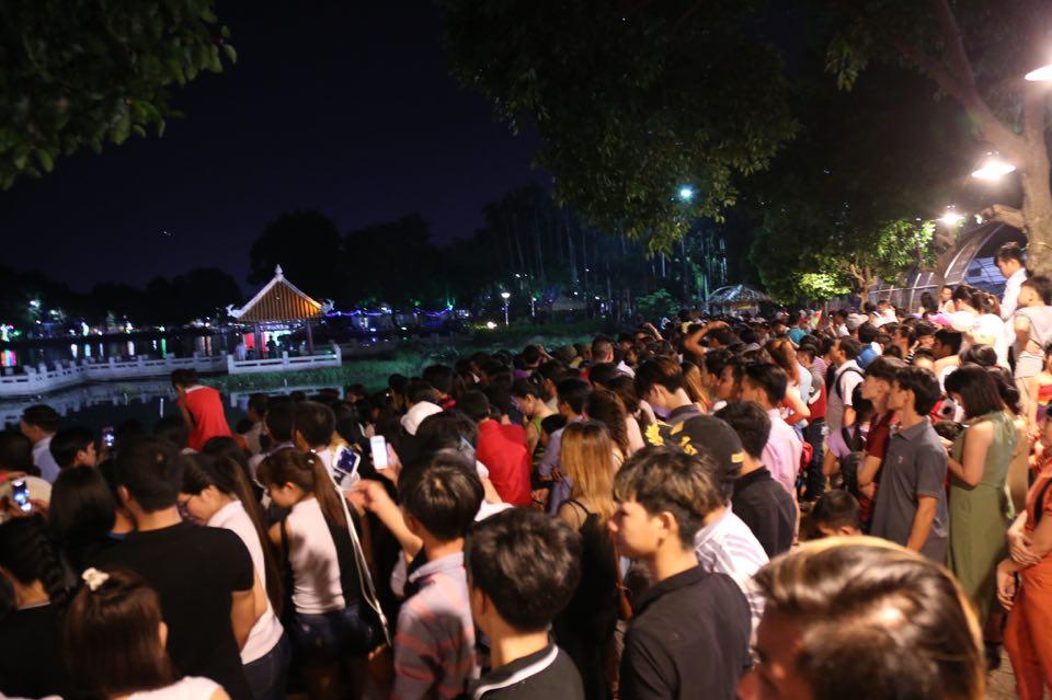 Hàng ngàn người dân đổ về Công viên Đầm Sen xem pháo hoa mừng Tết Độc Lập - Ảnh 8.