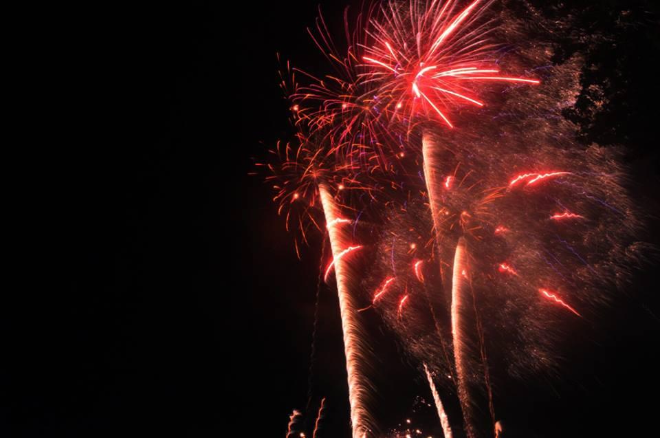 Hàng ngàn người dân đổ về Công viên Đầm Sen xem pháo hoa mừng Tết Độc Lập - Ảnh 13.