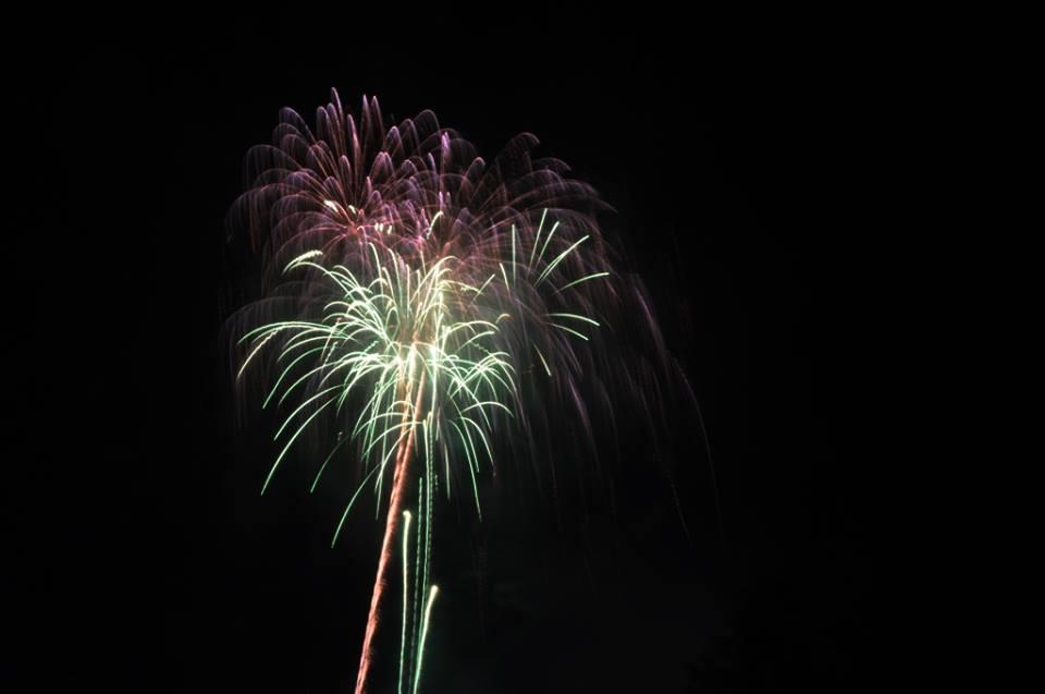 Hàng ngàn người dân đổ về Công viên Đầm Sen xem pháo hoa mừng Tết Độc Lập - Ảnh 14.
