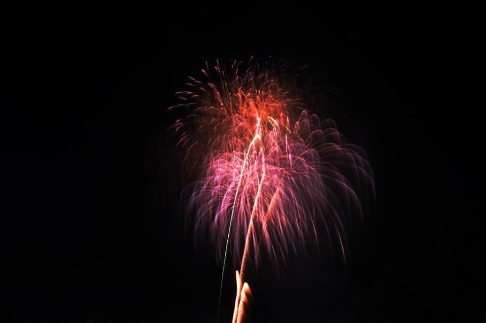 Hàng ngàn người dân đổ về Công viên Đầm Sen xem pháo hoa mừng Tết Độc Lập - Ảnh 15.
