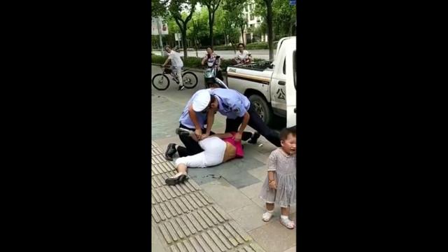 Tranh cãi với cảnh sát, mẹ đang bế con bị quật ngã sấp mặt vì lý do không thể chấp nhận - Ảnh 1.