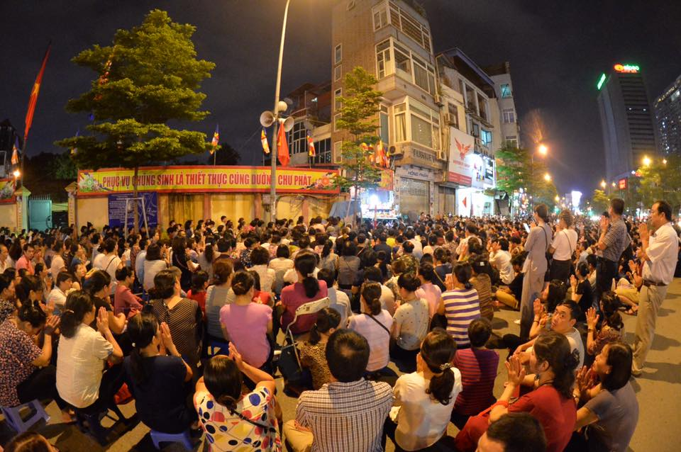 Biển người ngồi dưới lòng đường cầu nguyện trong đại lễ Vu Lan ở chùa Phúc Khánh - Ảnh 7.