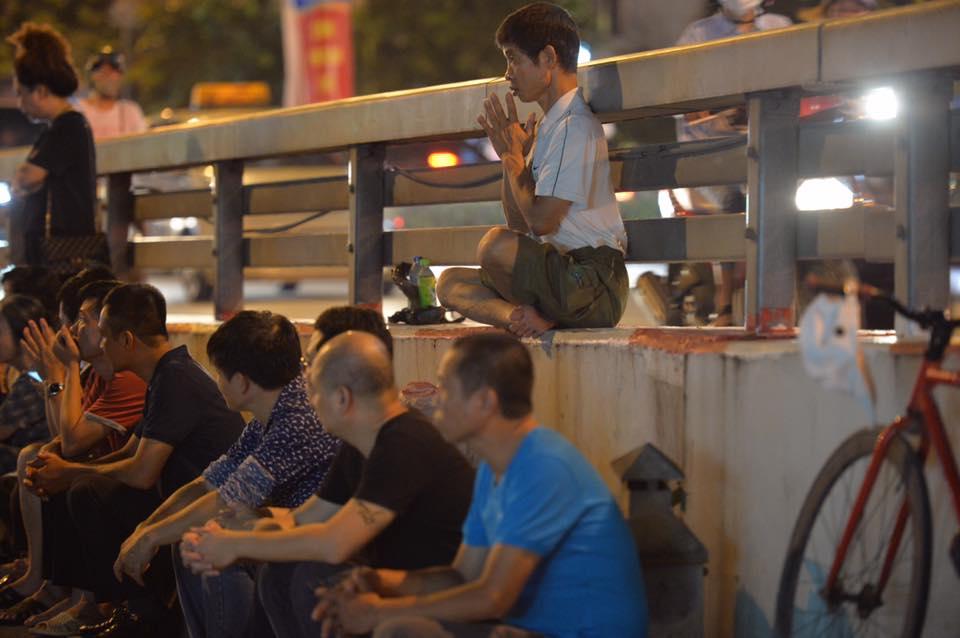 Biển người ngồi dưới lòng đường cầu nguyện trong đại lễ Vu Lan ở chùa Phúc Khánh - Ảnh 9.