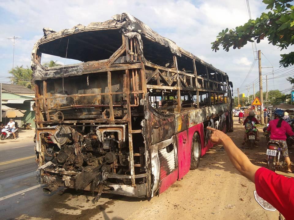 TP. HCM: Hành khách tháo chạy tán loạn khỏi xe khách bốc cháy trên quốc lộ 1 - Ảnh 1.