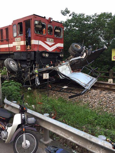 Hà Nội: Xe tải băng qua đường sắt bị tàu hỏa tông nát vụn, 1 người bị thương - Ảnh 1.