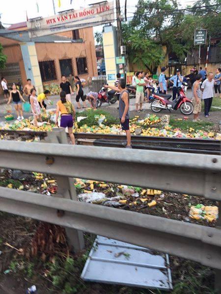 Hà Nội: Xe tải băng qua đường sắt bị tàu hỏa tông nát vụn, 1 người bị thương - Ảnh 2.
