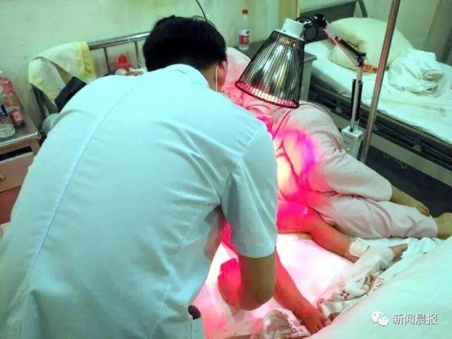 Bé trai 2 tuổi bị bỏng bộ phận sinh dục vì tè dầm khi ngủ trên thảm điện - Ảnh 1.