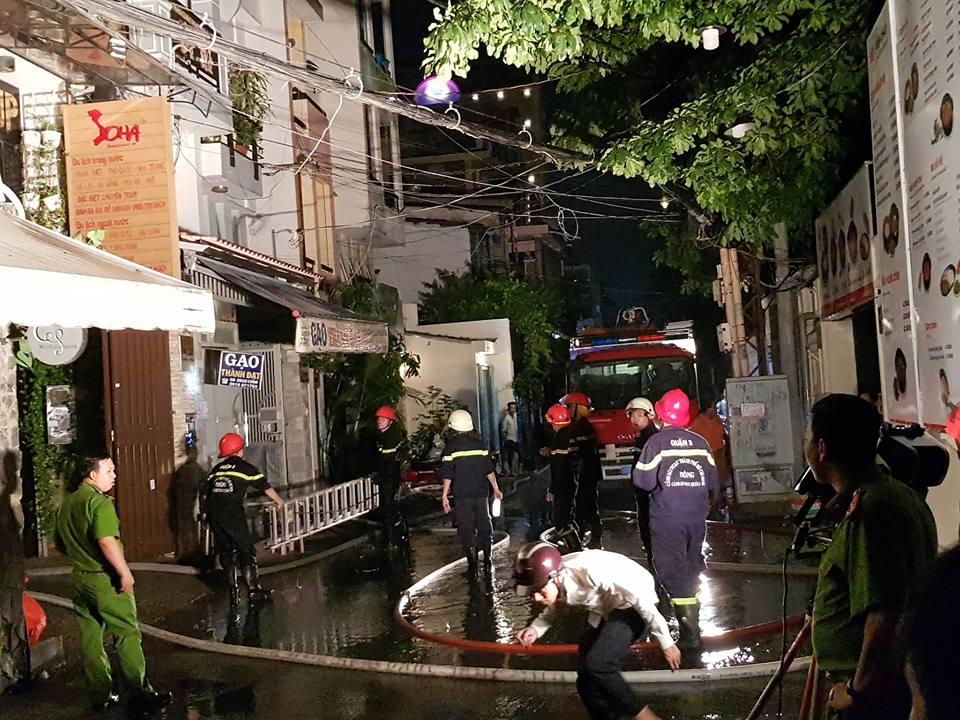 Hàng chục người tháo chạy khỏi căn nhà 6 tầng bốc cháy dữ dội ở Sài Gòn - Ảnh 1.