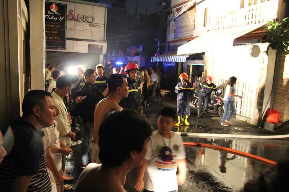 Hàng chục người tháo chạy khỏi căn nhà 6 tầng bốc cháy dữ dội ở Sài Gòn - Ảnh 2.