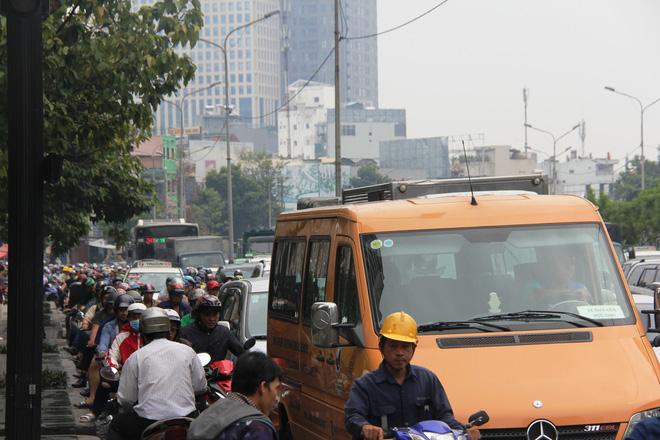 Mưa từ sáng sớm, người Sài Gòn bì bõm lội nước, chen chúc nhau đi làm - Ảnh 1.