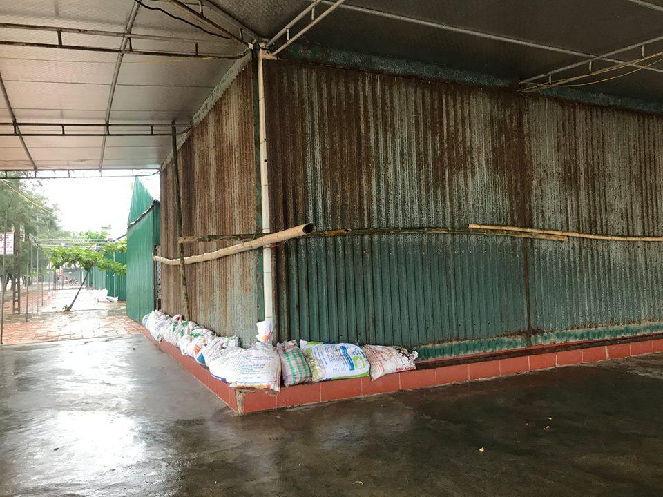 Chùm ảnh: Bão số 10 bắt đầu gây mưa, đồng loạt các tỉnh khẩn trương phòng hộ - Ảnh 5.