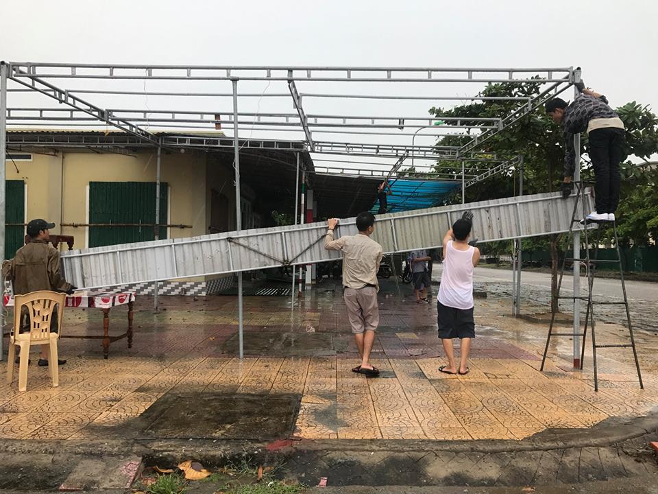 Chùm ảnh: Bão số 10 bắt đầu gây mưa, đồng loạt các tỉnh khẩn trương phòng hộ - Ảnh 6.