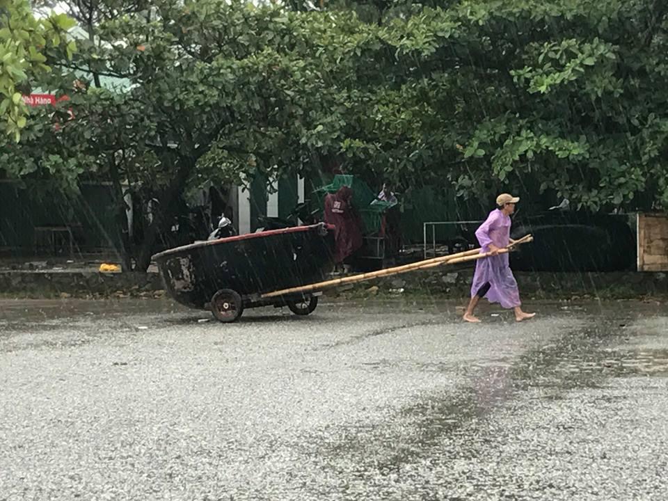 Chùm ảnh: Bão số 10 bắt đầu gây mưa, đồng loạt các tỉnh khẩn trương phòng hộ - Ảnh 1.