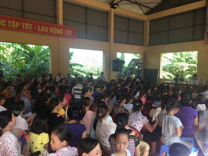 Vụ chặn bắt xe chở rau củ quả thối rữa vào trường tiểu học: Trong bữa ăn có gạo kém chất lượng - Ảnh 1.
