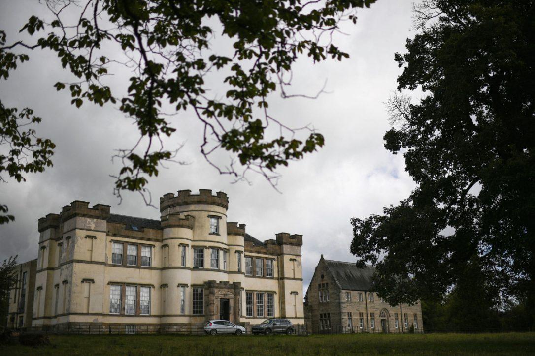 Hơn 400 hài cốt được tìm thấy sau vườn và sự thật rùng rợn đằng sau cánh cổng một cô nhi viện lớn của Anh - Ảnh 1.