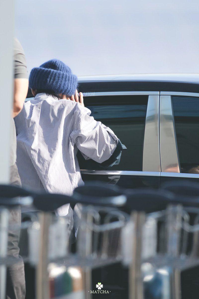 Người hâm mộ thích thú khi biết được danh tính chàng fanboy bám chặt vào cửa xe của Seungri (Big Bang) để trò chuyện tại sân bay - Ảnh 1.