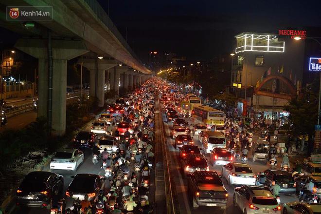 Người dân ùn ùn đổ về Trung tâm Hà Nội để chơi trung thu, nhiều tuyến đường kẹt cứng - Ảnh 2.