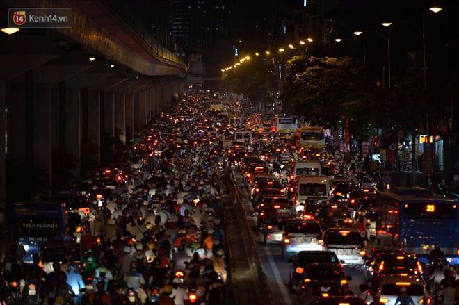 Người dân ùn ùn đổ về Trung tâm Hà Nội để chơi trung thu, nhiều tuyến đường kẹt cứng - Ảnh 5.