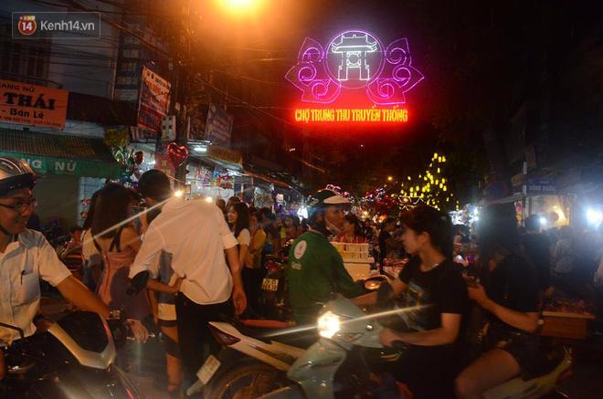 Người dân ùn ùn đổ về Trung tâm Hà Nội để chơi trung thu, nhiều tuyến đường kẹt cứng - Ảnh 6.