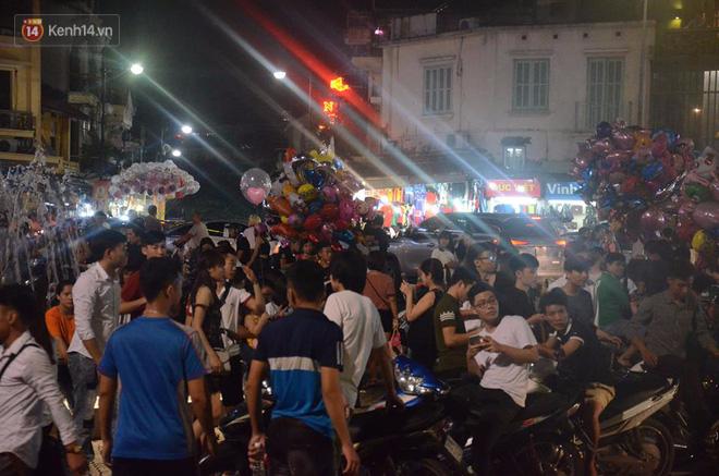 Người dân ùn ùn đổ về Trung tâm Hà Nội để chơi trung thu, nhiều tuyến đường kẹt cứng - Ảnh 7.