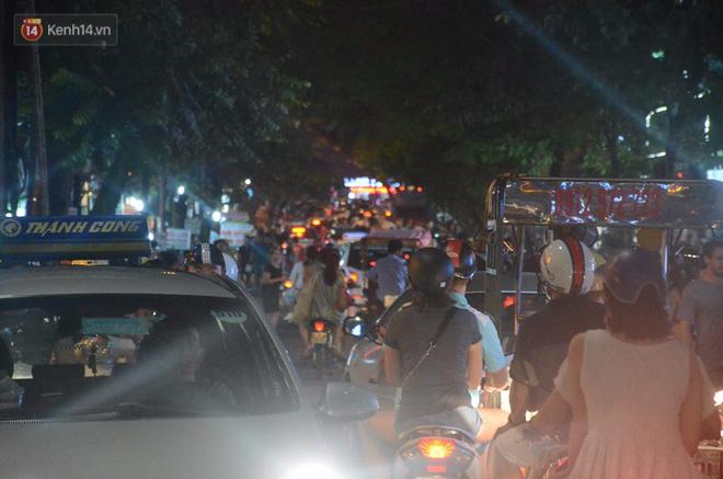 Người dân ùn ùn đổ về Trung tâm Hà Nội để chơi trung thu, nhiều tuyến đường kẹt cứng - Ảnh 8.