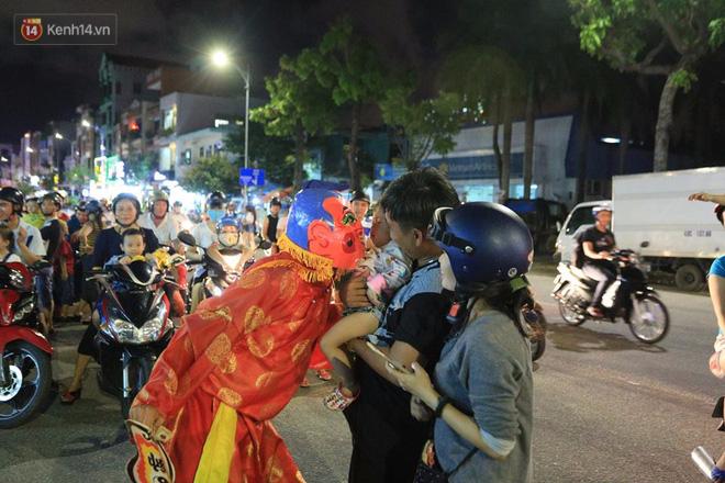 Đà Nẵng: Không khí rộn ràng khắp mọi tuyến đường khi các đội múa lân tràn ra giữa đường biểu diễn - Ảnh 7.
