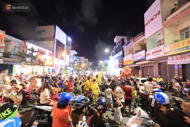 Đà Nẵng: Không khí rộn ràng khắp mọi tuyến đường khi các đội múa lân tràn ra giữa đường biểu diễn - Ảnh 9.