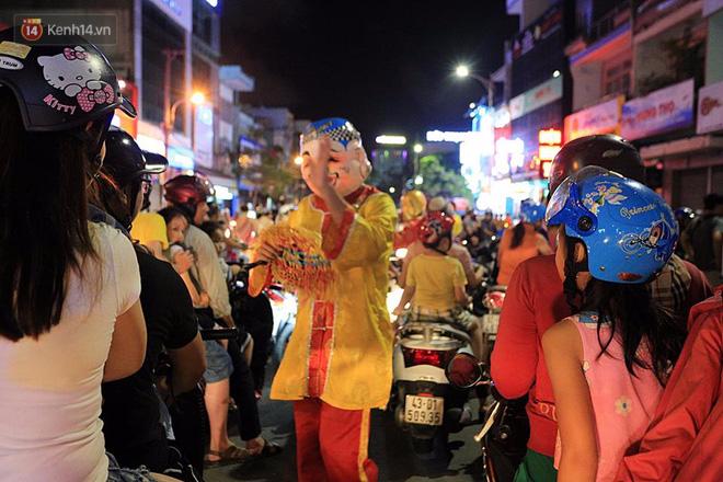 Đà Nẵng: Không khí rộn ràng khắp mọi tuyến đường khi các đội múa lân tràn ra giữa đường biểu diễn - Ảnh 8.