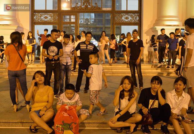 Người dân ùn ùn đổ về Trung tâm Hà Nội để chơi trung thu, nhiều tuyến đường kẹt cứng - Ảnh 16.