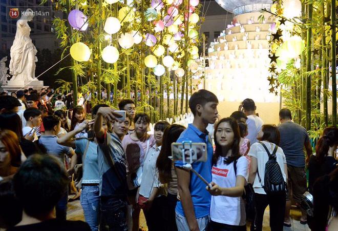 Người dân ùn ùn đổ về Trung tâm Hà Nội để chơi trung thu, nhiều tuyến đường kẹt cứng - Ảnh 14.