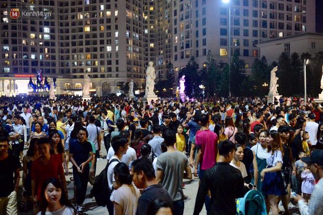 Người dân ùn ùn đổ về Trung tâm Hà Nội để chơi trung thu, nhiều tuyến đường kẹt cứng - Ảnh 13.