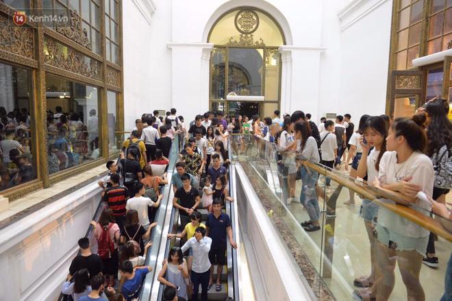Người dân ùn ùn đổ về Trung tâm Hà Nội để chơi trung thu, nhiều tuyến đường kẹt cứng - Ảnh 15.