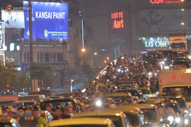 Người dân ùn ùn đổ về Trung tâm Hà Nội để chơi trung thu, nhiều tuyến đường kẹt cứng - Ảnh 18.