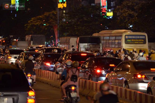 Người dân ùn ùn đổ về Trung tâm Hà Nội để chơi trung thu, nhiều tuyến đường kẹt cứng - Ảnh 20.