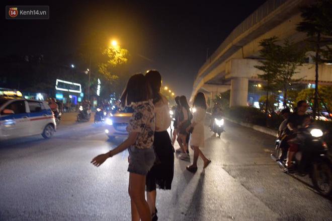 Người dân ùn ùn đổ về Trung tâm Hà Nội để chơi trung thu, nhiều tuyến đường kẹt cứng - Ảnh 21.