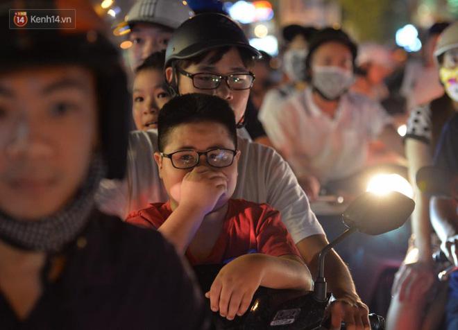 Người dân ùn ùn đổ về Trung tâm Hà Nội để chơi trung thu, nhiều tuyến đường kẹt cứng - Ảnh 22.