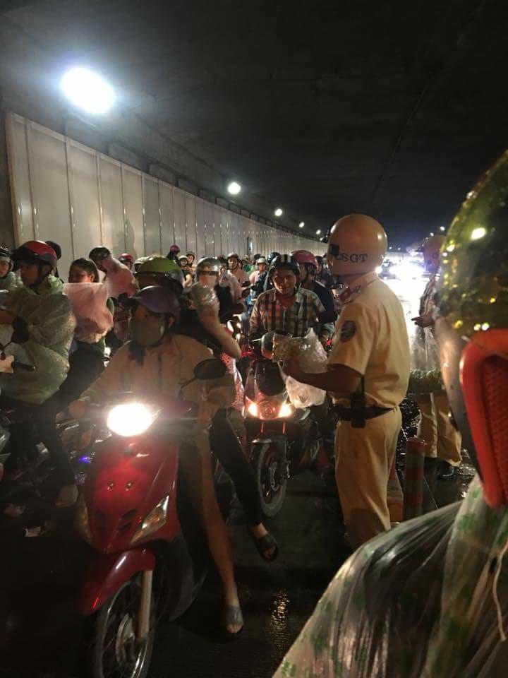 Hình ảnh đẹp đêm trung thu ở Sài Gòn: 2 chiến sĩ CSGT phát áo mưa miễn phí cho người dân trong hầm Thủ Thiêm - Ảnh 2.