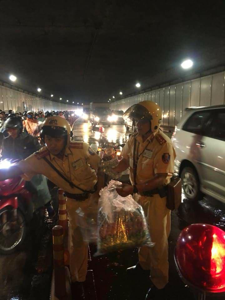 Hình ảnh đẹp đêm trung thu ở Sài Gòn: 2 chiến sĩ CSGT phát áo mưa miễn phí cho người dân trong hầm Thủ Thiêm - Ảnh 4.