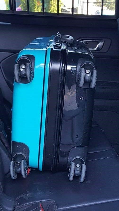 Phát hiện chiếc vali đáng ngờ bị vứt trên đường, người đàn ông mở ra và hốt hoảng khi nhìn thấy thứ bên trong - Ảnh 1.