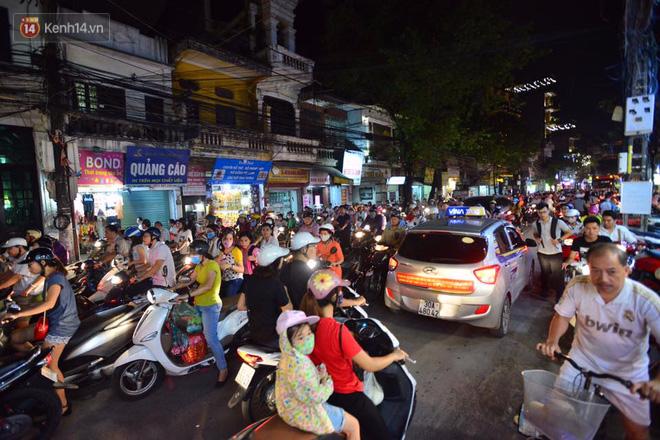 Chùm ảnh: Ngán ngẩm cảnh xe máy cố chạy ngược chiều giờ cao điểm khiến nhiều tuyến đường ở Hà Nội ùn tắc không lối ra - Ảnh 1.
