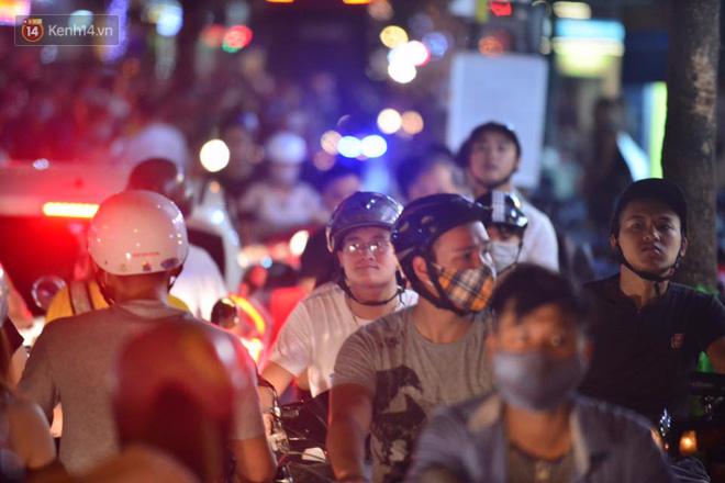 Chùm ảnh: Ngán ngẩm cảnh xe máy cố chạy ngược chiều giờ cao điểm khiến nhiều tuyến đường ở Hà Nội ùn tắc không lối ra - Ảnh 2.