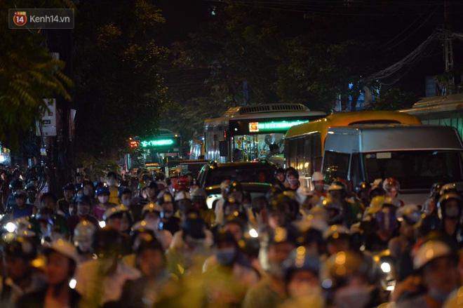 Chùm ảnh: Ngán ngẩm cảnh xe máy cố chạy ngược chiều giờ cao điểm khiến nhiều tuyến đường ở Hà Nội ùn tắc không lối ra - Ảnh 3.
