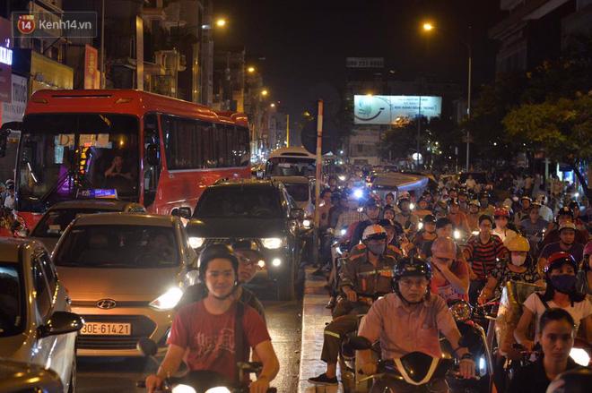 Chùm ảnh: Ngán ngẩm cảnh xe máy cố chạy ngược chiều giờ cao điểm khiến nhiều tuyến đường ở Hà Nội ùn tắc không lối ra - Ảnh 4.