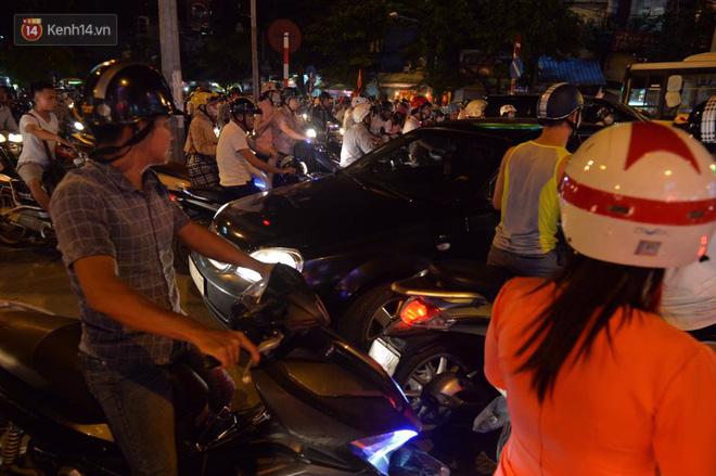 Chùm ảnh: Ngán ngẩm cảnh xe máy cố chạy ngược chiều giờ cao điểm khiến nhiều tuyến đường ở Hà Nội ùn tắc không lối ra - Ảnh 5.