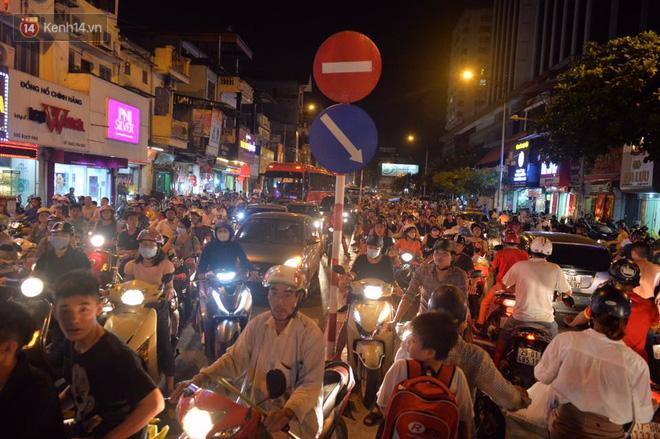 Chùm ảnh: Ngán ngẩm cảnh xe máy cố chạy ngược chiều giờ cao điểm khiến nhiều tuyến đường ở Hà Nội ùn tắc không lối ra - Ảnh 6.