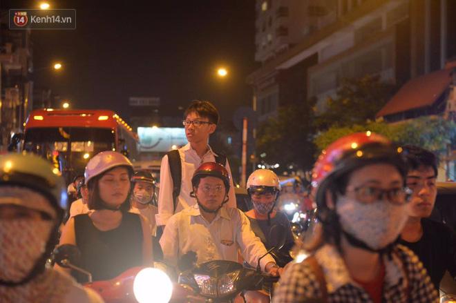 Chùm ảnh: Ngán ngẩm cảnh xe máy cố chạy ngược chiều giờ cao điểm khiến nhiều tuyến đường ở Hà Nội ùn tắc không lối ra - Ảnh 7.