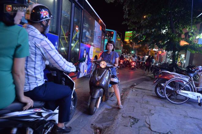 Chùm ảnh: Ngán ngẩm cảnh xe máy cố chạy ngược chiều giờ cao điểm khiến nhiều tuyến đường ở Hà Nội ùn tắc không lối ra - Ảnh 8.