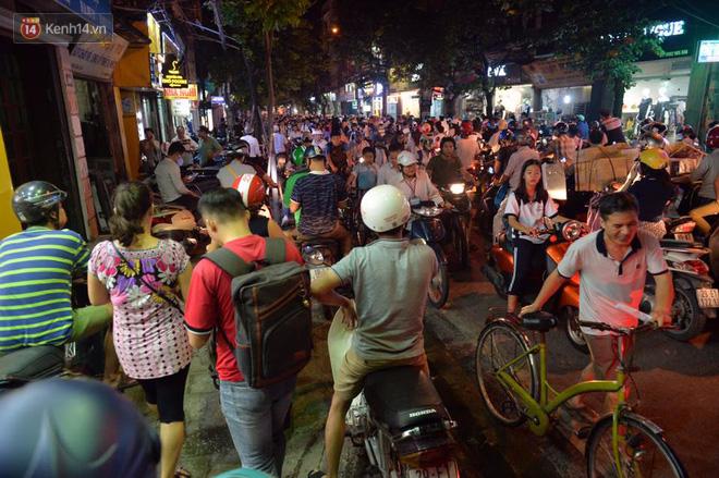 Chùm ảnh: Ngán ngẩm cảnh xe máy cố chạy ngược chiều giờ cao điểm khiến nhiều tuyến đường ở Hà Nội ùn tắc không lối ra - Ảnh 9.