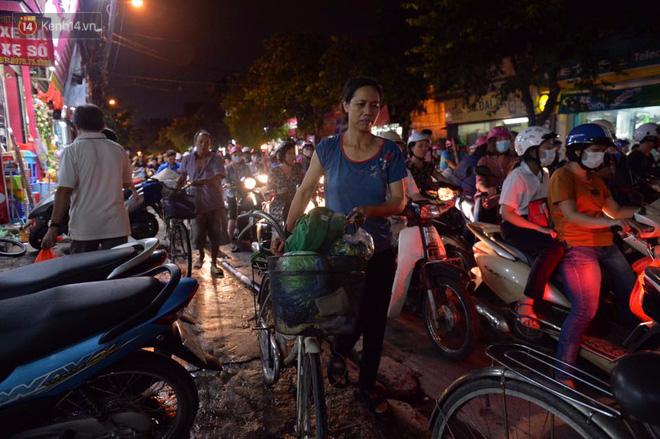 Chùm ảnh: Ngán ngẩm cảnh xe máy cố chạy ngược chiều giờ cao điểm khiến nhiều tuyến đường ở Hà Nội ùn tắc không lối ra - Ảnh 10.