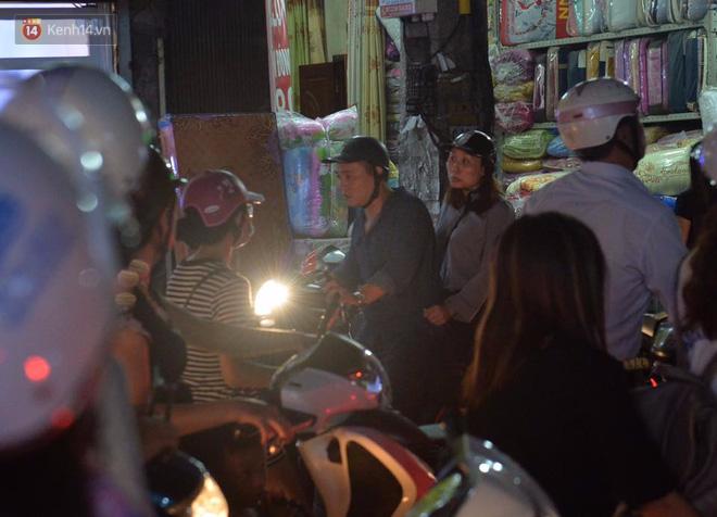 Chùm ảnh: Ngán ngẩm cảnh xe máy cố chạy ngược chiều giờ cao điểm khiến nhiều tuyến đường ở Hà Nội ùn tắc không lối ra - Ảnh 11.
